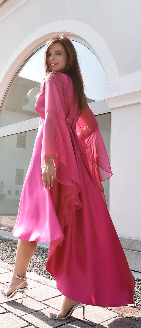Cyklamenové šaty z jemného saténu so širokými rukávmi