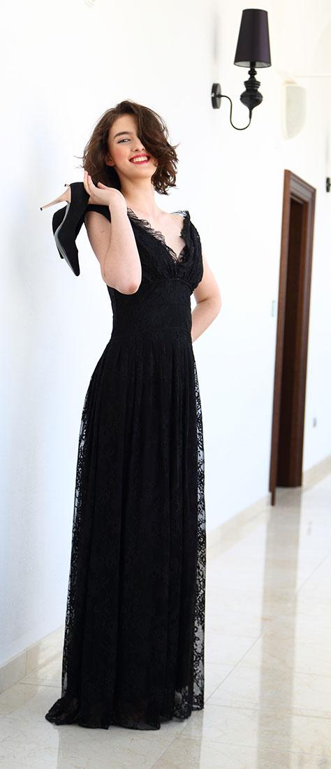 Čierne čipkované šaty s výstrihom