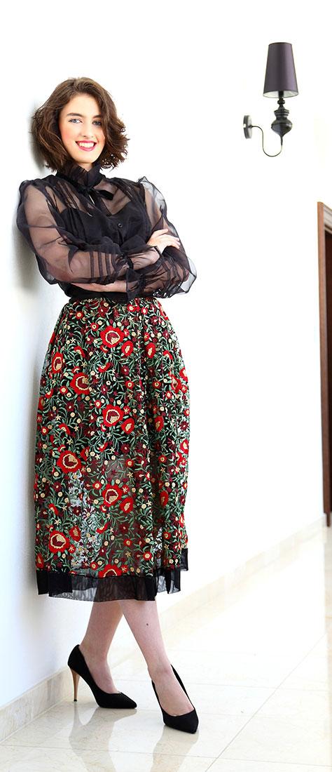 Dvojdielne čierne šaty s vyšívanou sukňou a s farebnými kvetmi na čiernom tyle s čiernou blúzkou s rukávom
