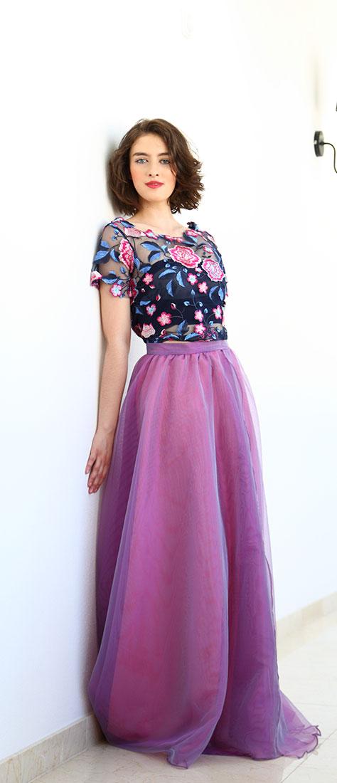 Dvojdielne šaty s cyklamenovou sukňou a vyšívaným modro-ružovým topom na modrom tyle s vyšívaným vzadu