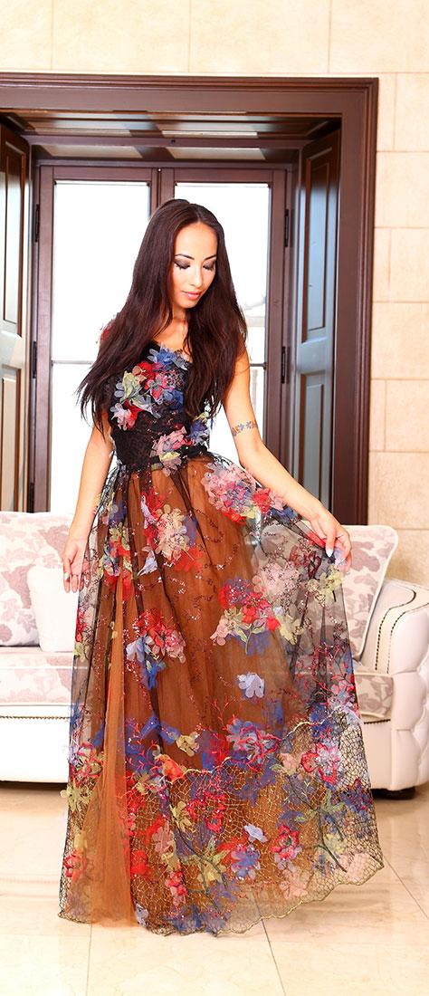 Vyšívane dvojdielne hnedé šaty s čiernym tylom a farebnou krajkou