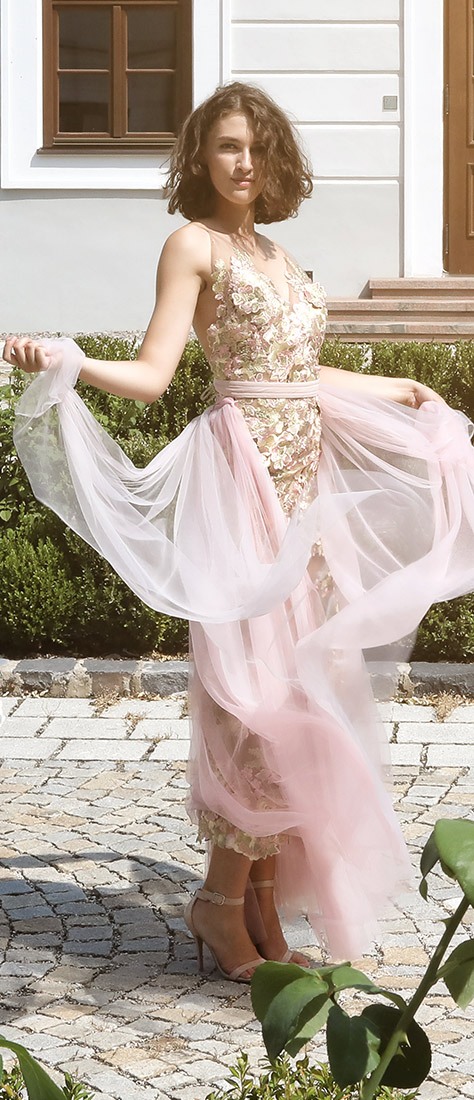 Úzke sexy šaty s holým chrbtom a farebnou krajkou
