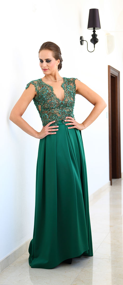 Dvojdielne šaty so zelenou veľkou sukňou a vyšívaným topom s výstrihom