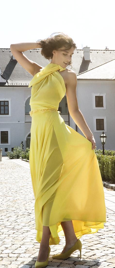 Žlté šaty so širokou sukňou s rozparkom