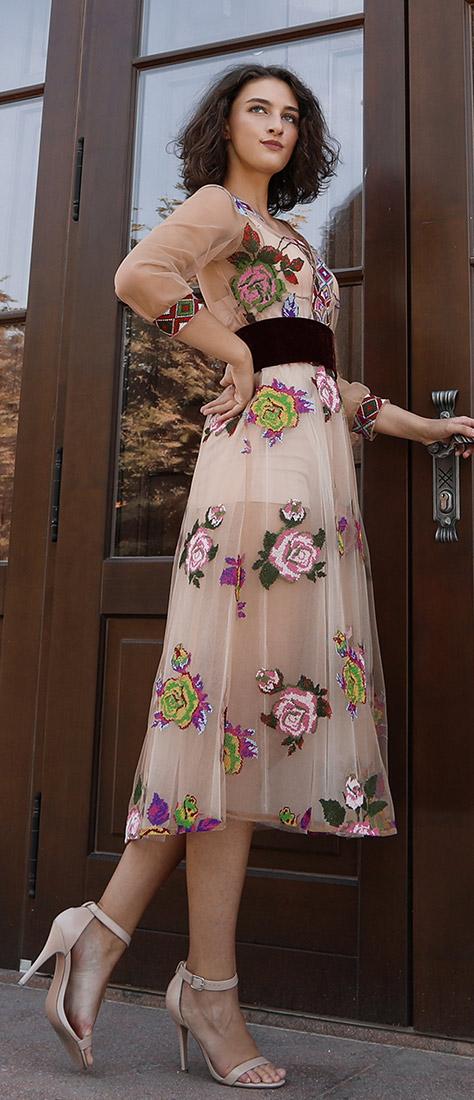 3/4 béžové vyšívané šaty s dlhým rukávom a farebnými kvetmi